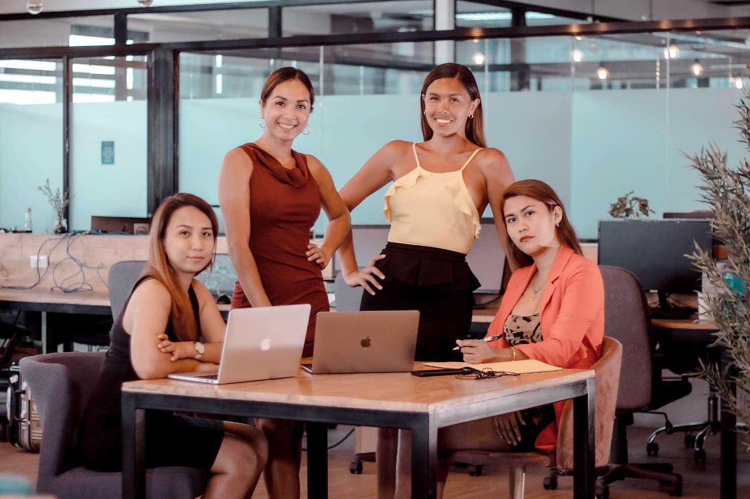 Grupo de mujeres trans trabajando