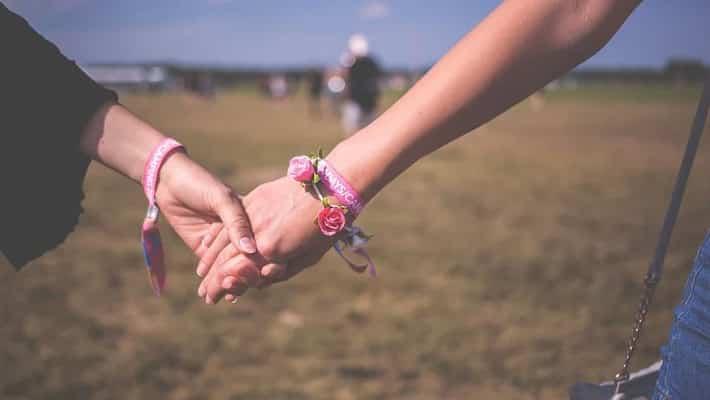 femmes qui se tiennent la main